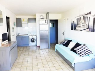 1 bedroom Apartment with WiFi and Walk to Beach & Shops - 5050503