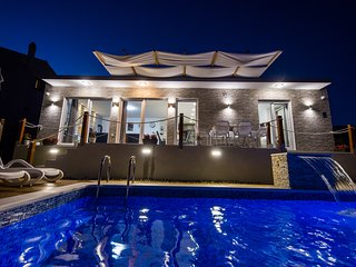 Luxury Villa Hedonist -pool, jacuzzy,sauna,gym, playground , free wifi & parking