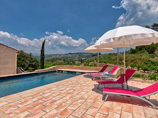 Summer Villa with swimming pool overlooking vineyards of Provence