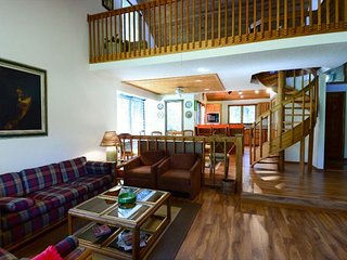 Sunriver Lodge-style 4 bed, 4 bath Beauty on Golf Course with SHARC passes