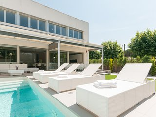 Private peaceful villa with swimming pool