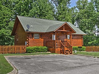 NEW! 'Bear Footin' Pigeon Forge Cabin w/Hot Tub!