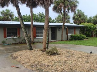 Breezy house with great location a few blocks from the beach, shopping, & dining