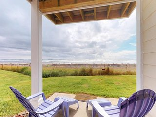 NEW LISTING! Oceanfront condo w/ shared pool and hot tub, dogs ok!