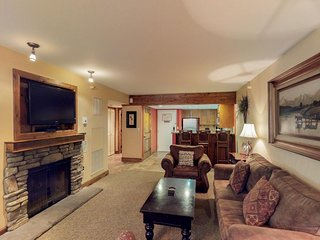 NEW LISTING! Comfy condo w/jetted tub, shared pool & hot tub - walk to lifts!