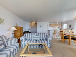 Bright condo w/ shared pool & hot tub, walk to beach, dogs ok! Free WiFi