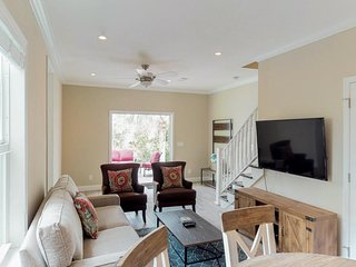 Sunny & bright townhouse w/ a furnished deck & shared pool - close to everything