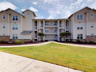 NEW LISTING! Waterfront condo w/ ocean view, shared pool and hot tub, free WiFi!