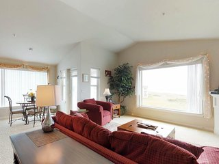 NEW LISTING! Dog-friendly condo w/ocean views, shared pool & hot tub, free WiFi!