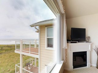 Dog-friendly, waterfront condo w/ocean views, shared pool & hot tub