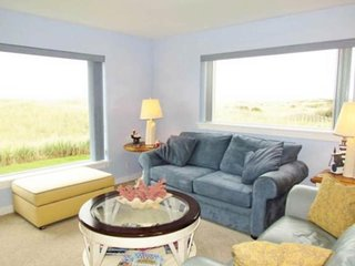 Oceanview condo with a shared pool, hot tub, free WiFi! Steps to the beach!