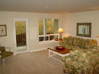Dog-friendly condo w/ easy beach access, shared hot tub and pool, free WiFi!