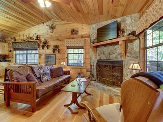 Dog-friendly mountain creekfront cabin with outdoor firepit - close to town