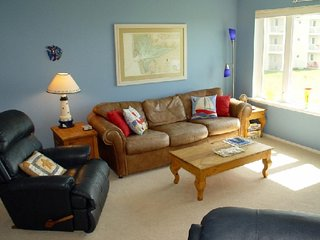 NEW LISTING! Waterfront condo w/ free WiFi, shared pool/hot tub, dog-friendly!