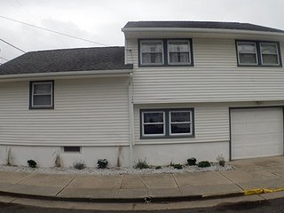 FIRST BEACH BLOCK - 3 BEDROOM w/ garage (Parking), Walk to Beach & Main Street
