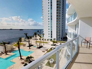 Breathtaking Oasis Grand Condo, Stunning River View, Resort Lifestyle, Free Park