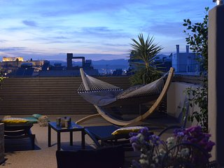 Eye Candy Penthouse. Private Rooftop with Acropolis view. Walk everywhere!