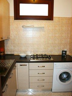 Cucina con piano cottura gas 4 fuochi e lavatrice