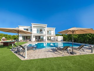 Villa Ammoyiali, 4 Bedroom Villa with Large Pool by the Beach