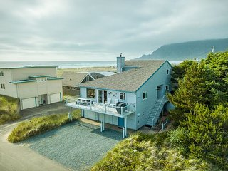 BEACHES 'N GREEN~Vaulted ceilings with skylights and ocean views!!!