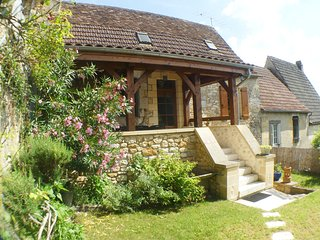 LES ARCADES: CHARMING VILLAGE HOUSE WITH GARDEN AND VIEW CLOSE BY SARLAT