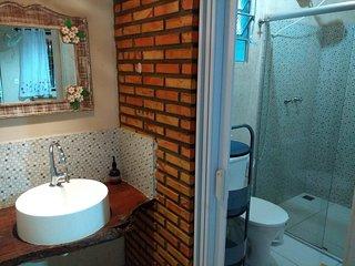banheiro com box bilndex, amplo, lavabo externo. Aquecimento solar da agua!