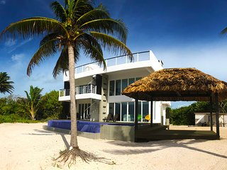 Third Coast Belize - Modern Beachfront Home - Pool & Complimentary Golf Cart