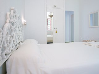 The bedroom has 11m2, a queen size bed, a closet and a coquette with a white marble top.