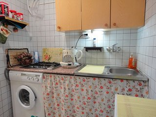 Angolo cottura. Piano cottura, lavabiancheria, macchina caffè espresso, tosta pane, forno micronde.