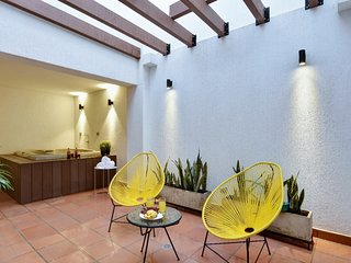 Gorgeous Three Bedroom Apartment with Private Jacuzzi, fast WiFi and A/C