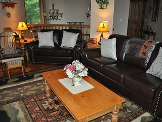Sugar Bear Cabin - Mountain Views, Vaulted Ceilings, Cool Breeze