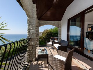 Highgrove Waves - Stunning house with magnificent sea views, pet friendly