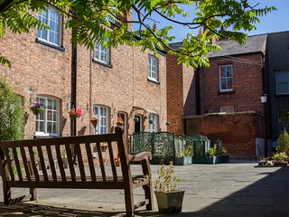 LUXURY at GAMUL PLACE - CITY CENTRE COURTYARD- FREE PARKING
