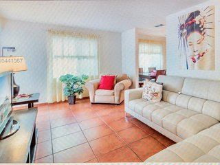 Beautiful twin house located 5-15 minutes to Beaches & most points of interest.