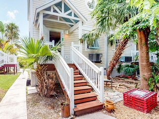 Inviting condo w/ shared pool and tennis courts - walk to the beach!