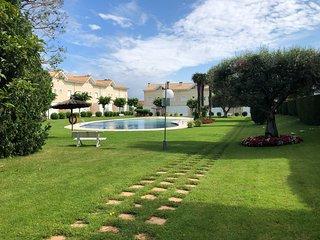 Con piscina y jardin privado, a 800m de la playa.