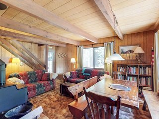 NEW LISTING! Dog-friendly and cozy cabin, close to Lake Tahoe activies!
