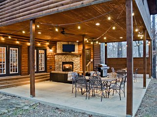 'Chalet Creekside' Broken Bow Home w/ Hot Tub