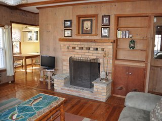 Cozy cottage nestled in wooded area with Crystal Lake private access
