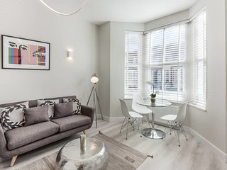 Stylish and Modern 2 Bed apt in Queens Park