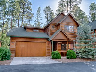 Beautifully maintained home in desirable gated community of PINETOP CROSSINGS!