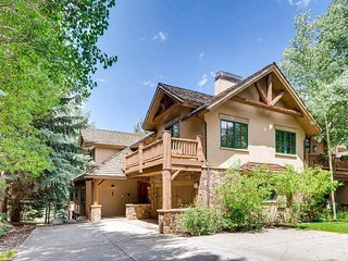 Beautiful home steps from shuttle stop, private hot tub - Mountain Harmony