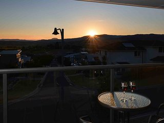 SUNSET OVER NEPTUNE, Gerringong - 2pm check out Sunday + pay for 2, stay for 3 o