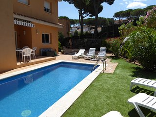 Detached Villa with Private Pool/garden, Air-con, Internet, off street parking..
