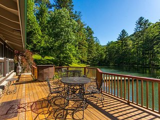 Bull Creek Ranch 2BR - Peaceful 3 Acres on Private Lake w/ Dock & Volleyball