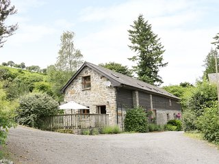 TRACTOR SHED, wood-fired hot tub, pet-friendly, barn conversion, Knighton, Ref 1