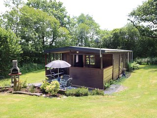 BROOK LODGE, hot tub, Llandysul