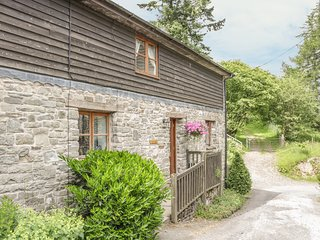 BARN END, three bedrooms, en-suites, pet-friendly, walks from the door, in Felin
