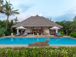 Oceanfront Poolvilla Lovina with Free Dolphin Tour!