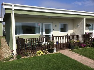 SANDRINGHAM , 21 RAINBOW'S END, BACTON - DOGS GO FREE / SEA VIEWS